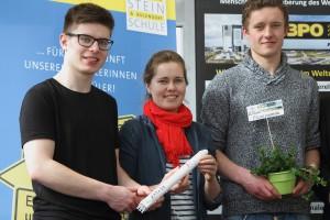 David Geray, Maria Koch und Raphael Schilling des Agrarwissenschaftlichen Gymnasiums Edith Stein-Schule in Ravensburg fragen sich: Kann Gemüse im Weltraum angebaut und vermehrt werden, damit bei Weltraummissionen frische Lebensmittel zur Verfügung stehe