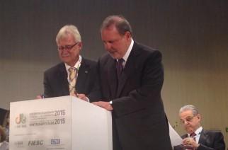 Dr. Wolfram Anders (à esq.) e Armando Monteiro, ministro do MDIC, firmam acordo de cooperação em inovação entre as instituições, durante o Encontro Econômico Brasil-Alemanha 2015