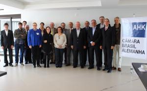 Profissionais da Imprensa com a Diretoria da AHK Paraná e parte do Conselho da entidade. Foto: Karen Krinchev