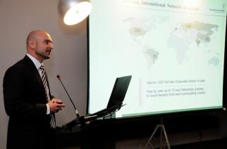 Dr. Damian Grasmück, responsável pelo departamento de seleção da Fundação Alexander von Humboldt, durante apresentação oficial da nova edição da Bolsa.