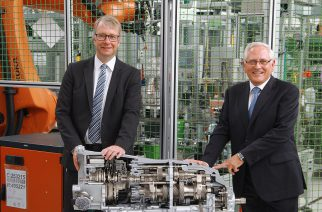 ZF celebra produção da nova transmissão de dupla embreagem com 8 velocidades