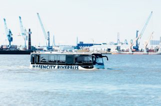 Veículo MAN navega pelas águas da Alemanha