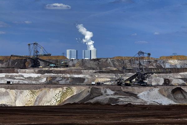 DEU/Sachsen/Leipzig: (Copyright © Rainer Weisflog +49171/6254657) Tagebau Vereinigtes Schleenhain: Die Mitteldeutsche Braunkohlengesellschaft (Mibrag) foerdert im Jahr etwa 20 Millionen Tonnen Braunkohle. Grosse Anstrengungen richten sich auf den Umweltschutz und auf die schnelle Rekultivierung der Tagebaukippen. Um die Staubemission zu verringern, wird auch das freigelegte Kohlefloetz mit einem Pfanzensubstrat zwischenbegruent. (CREDIT/Copyright (c): Rainer Weisflog /Contakt: E-Mail: Foto@Weisflog.net ; Tel. +490355/824499; Weitere Infos und AGB auf: www.rainer-weisflog.de)