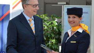 csm_Lufthansa_CMD_1_Leiter_Kabine_Muenchen_Michael_Knauf_mit_Flugbegleiterin_d41ffe46f2