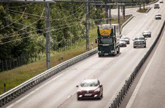 Der eHighway ist eine zuverlässige und umweltschonende Alternative zum herkömmlichen Lkw-Transport. Er versorgt Lkw über eine Oberleitung mit Strom. Das sorgt nicht nur für eine Halbierung des Energieverbrauchs sondern auch für eine Verringerung der lokalen Luftverschmutzung. Im Vergleich zu Verbrennungsmotoren ist die Technologie damit doppelt so effizient.  eHighway is a reliable and environmentally friendly alternative to standard truck transport that supplies trucks with power from an overhead contact line. This means that not only is energy consumption cut by half, but local air pollution is reduced too, making the technology twice as efficient as internal combustion engines.