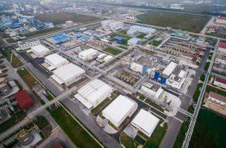 BASFs neue Großanlage für Automobillacke in Caojing, Schanghai, China. Die hochmoderne Großanlage wird ein Produktionszentrum für lösungsmittelbasierte und wasserbasierte Lacke sein. Mit der bereits vorhandenen Infrastruktur des Unternehmens für die Produktion von Automobillacken, Harzen und kathodischen Tauchlacken sowie Laboreinrichtungen für Forschung und Entwicklung wird die neue Anlage eng verbunden sein.  BASF's new, world-scale automotive coatings plant in Caojing, Shanghai. The state-of-the-art facility will be a production hub for solventborne and waterborne coatings, closely connected to the company's existing infrastructure for automotive coatings, resins and electrocoat production as well as R&D laboratories.