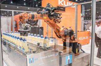 KUKA Roboter coloca robôs para interagir com visitantes de feira
