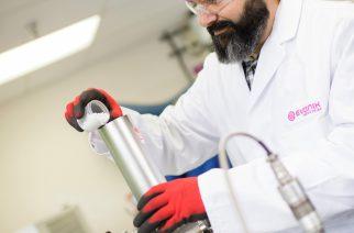 Forschung an neuen Lösungen: Im Projekthaus Medical Devices in Birmingham (Alabama, USA) entwickelt Evonik verbesserte Materialien für die Medizintechnik. Hier ein Mitarbeiter beim Befüllen eines Extruders mit Polymergranulat.