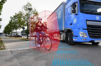 Sicher im Innenstadtverkehr: Der ZF-Abbiegeassistent für Lkw schützt Fußgänger und Fahrradfahrer. // Safer in inner-city traffic: ZF's turn assist system for trucks helps protect pedestrians and cyclists.