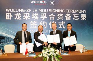 Foto: Da esquerda para a direita: Jörg Grotendorst, Head da Divisão de Mobilidade da ZF, Chen Jiancheng, Chairman da Wolong Electric, Wu Jianbo, CFO do Grupo Wolong Electric e Dr. Ye Guohong, Vice-Presidente, Chefe da Divisão E-Mobility da região Ásia Pacífico  assinam o acordo juntos. / Divulgação ZF.