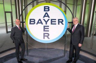 Foto: Werner Wenning (direita), Chairman of the Supervisory Board, e Werner Baumann, Chairman of the Board of Management of Bayer AG, se cumprimentam antes de começar a online 2020 Stockholders' Meeting.