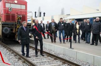 Christoph Klenk, presidente do Conselho de Direção da Krones AG (à direita), e o prefeito de Neutraubling, Heinz Kiechle, cortam a fita vermelha de inauguração da ferrovia.