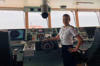 Primeira brasileira a comandar um navio porta-contêineres é homenageada