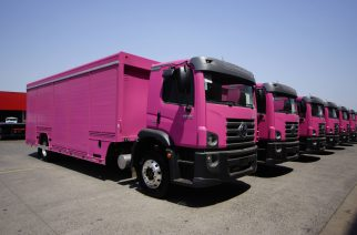 VW Constellation embarca para a Colômbia  com pintura rosa de fábrica