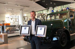 """Foto: Andreas Moser, Head da Divisão de Tecnologia para Veículos Comerciais da ZF, com os dois prêmios. Nos """"ETM Awards"""" deste ano, o Grupo ZF ganhou novamente as categorias """"Transmissões para veículos comerciais"""" e """"Retarders"""". / Divulgação ZF."""