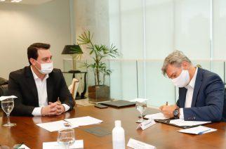 Foto: O Governador do Paraná, Carlos Massa Ratinho Junior, e o CEO e Presidente da Audi do Brasil, Johannes Roscheck, assinam documento que oficializou a doação / Divulgação.